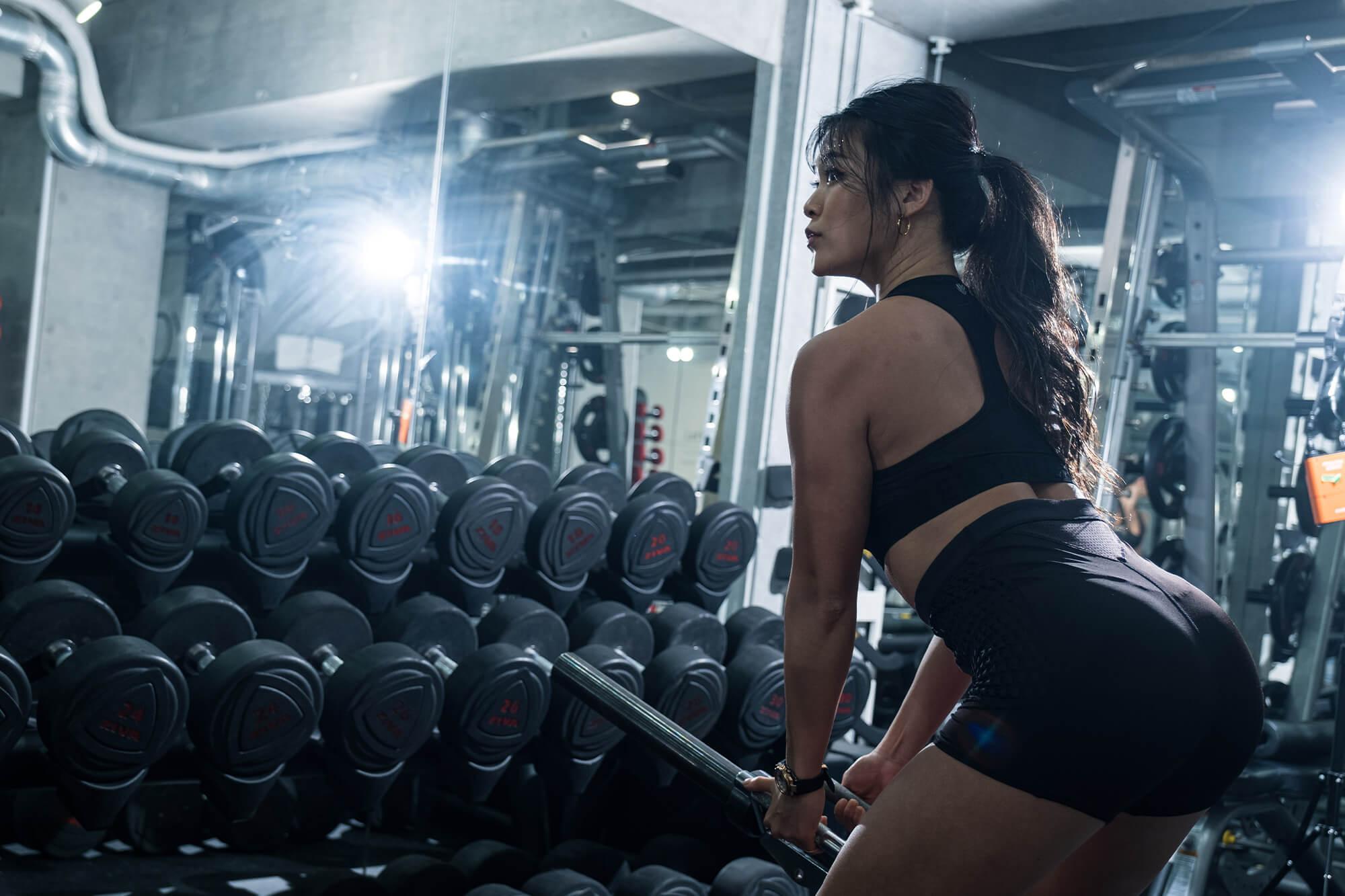 トレーニング中の女性の写真